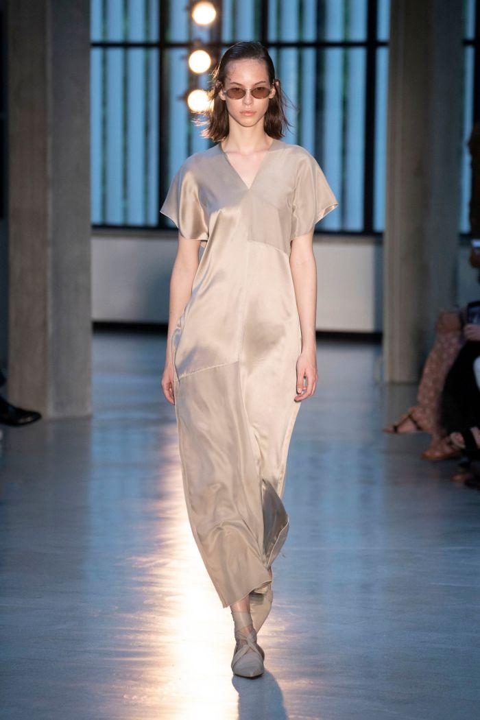 Атласное бежевое платье Max Mara