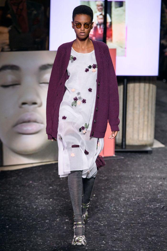 С чем носить модное серое платье. Образ из коллекции Miu Miu