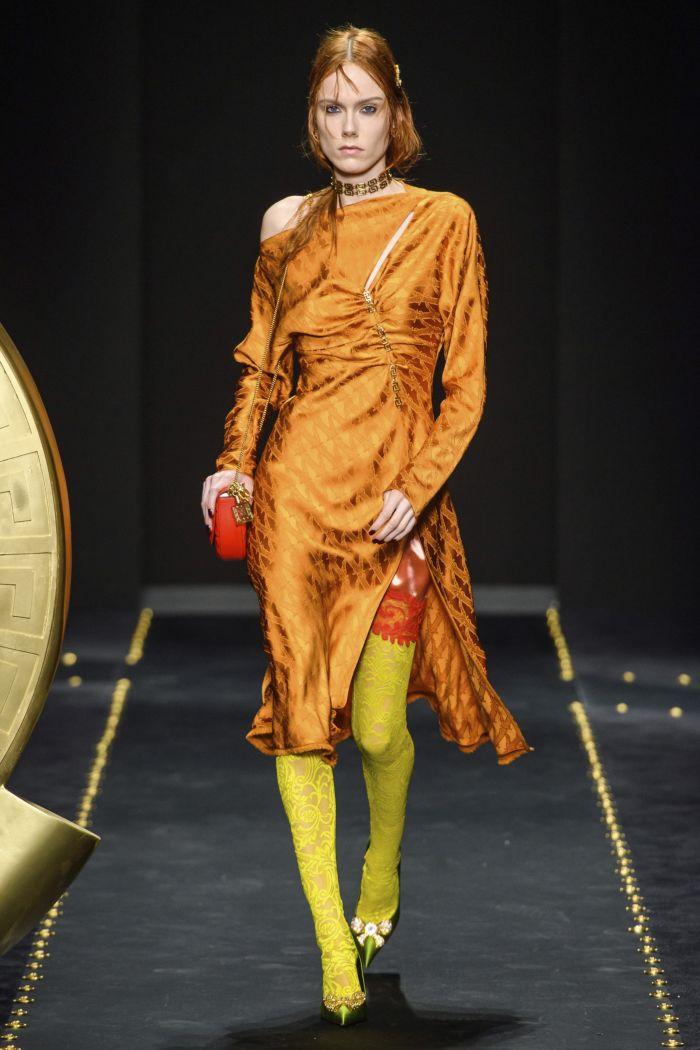 С чем носить оранжевое платье. Образ из новой коллекции Versace
