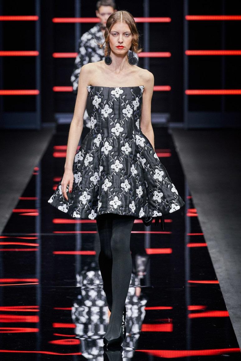 С чем носить модное серое платье. Образ из коллекции Emporio Armani