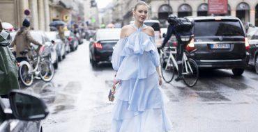 Модное голубое платье