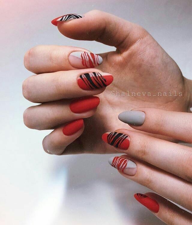 Модные красные ногти с абстрактным рисунком
