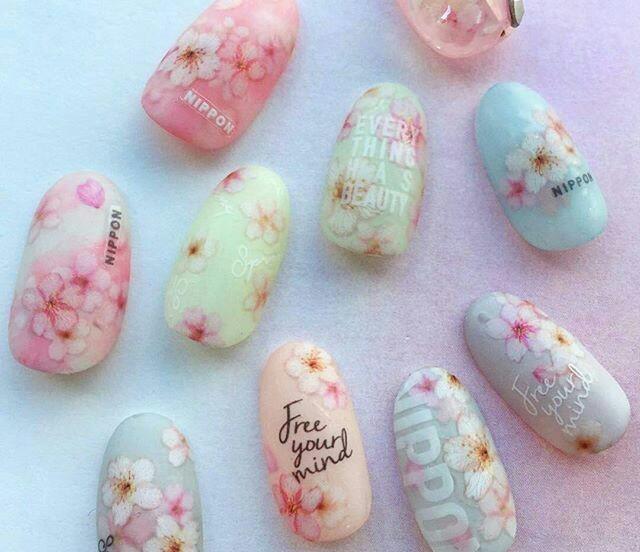 Новинка дизайна ногтей - ногти с цветочным принтом и наклейками