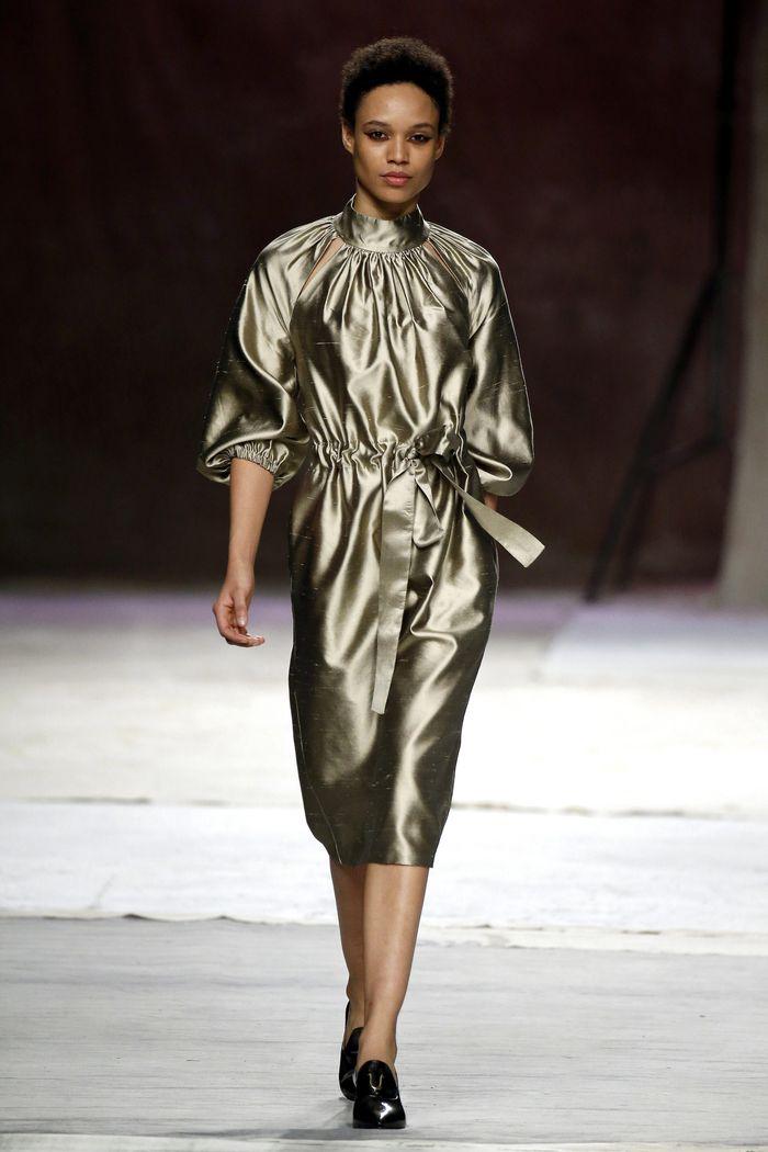 Серое блестящее платье Roberto Verino