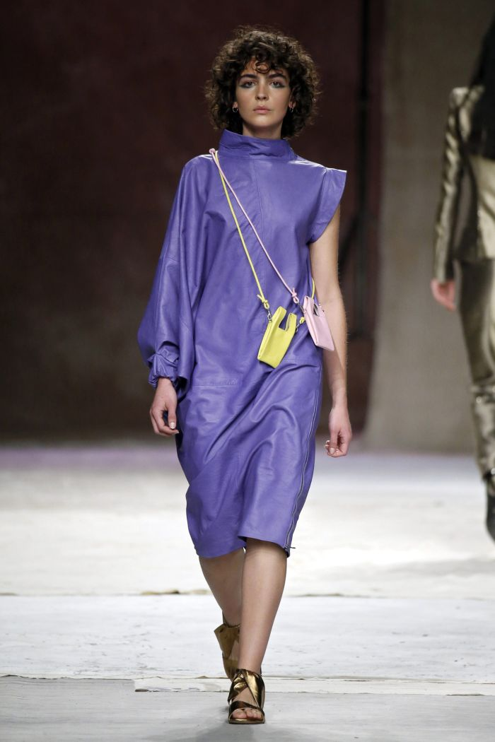 Сиреневое платье из кожи Roberto Verino