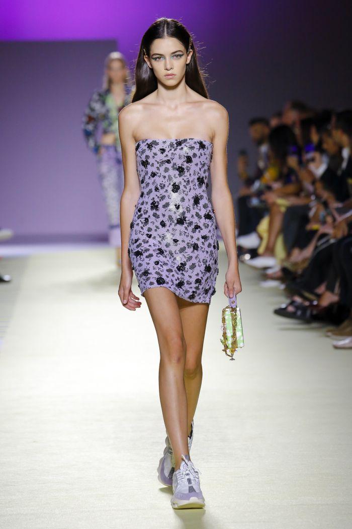 Короткое сиреневое платье-футляр Versace