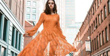 Модное персиковое платье