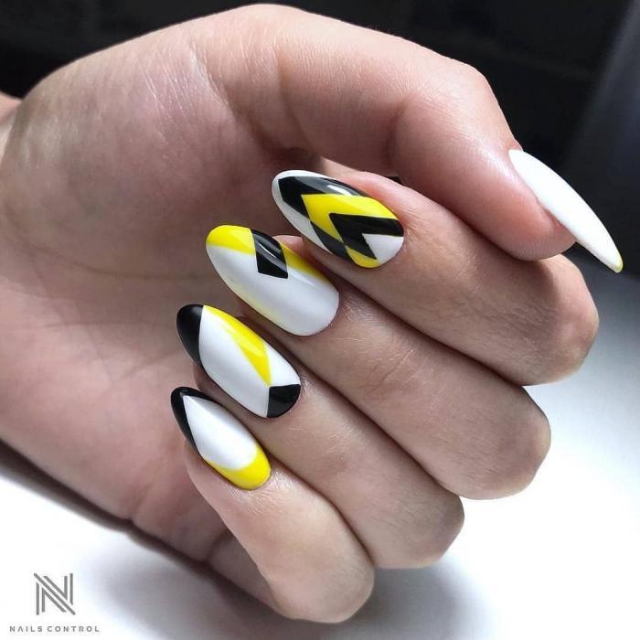 Желтый маникюр с геометрией