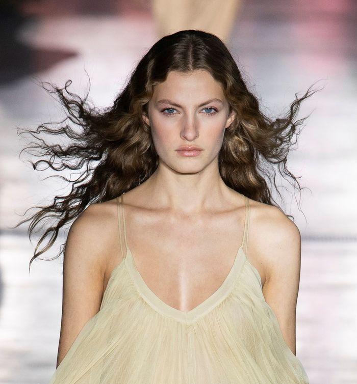 Модный цвет волос лето 2019. Образ из коллекции Alberta Ferretti