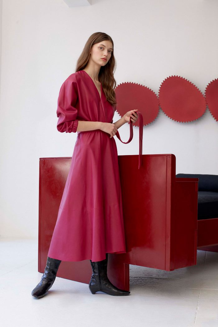 Модное бордовое кожаное платье Alejandra Alonso Rojas