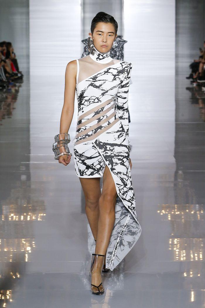 Модное черно-белое платье с принтом Balmain