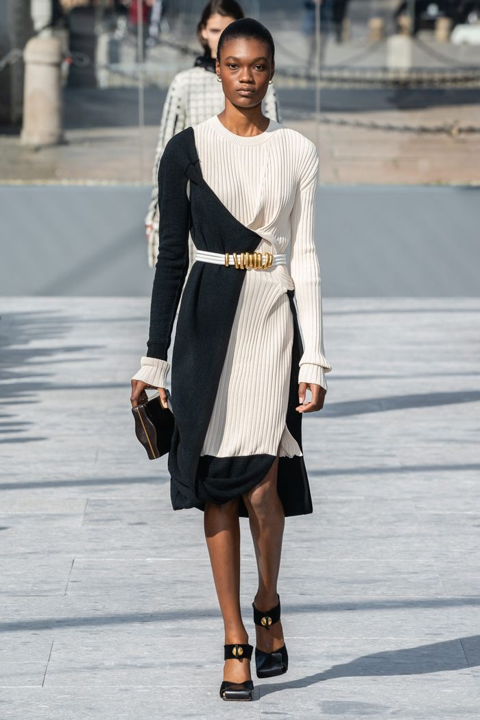 Модное черно-белое платье Bottega Veneta