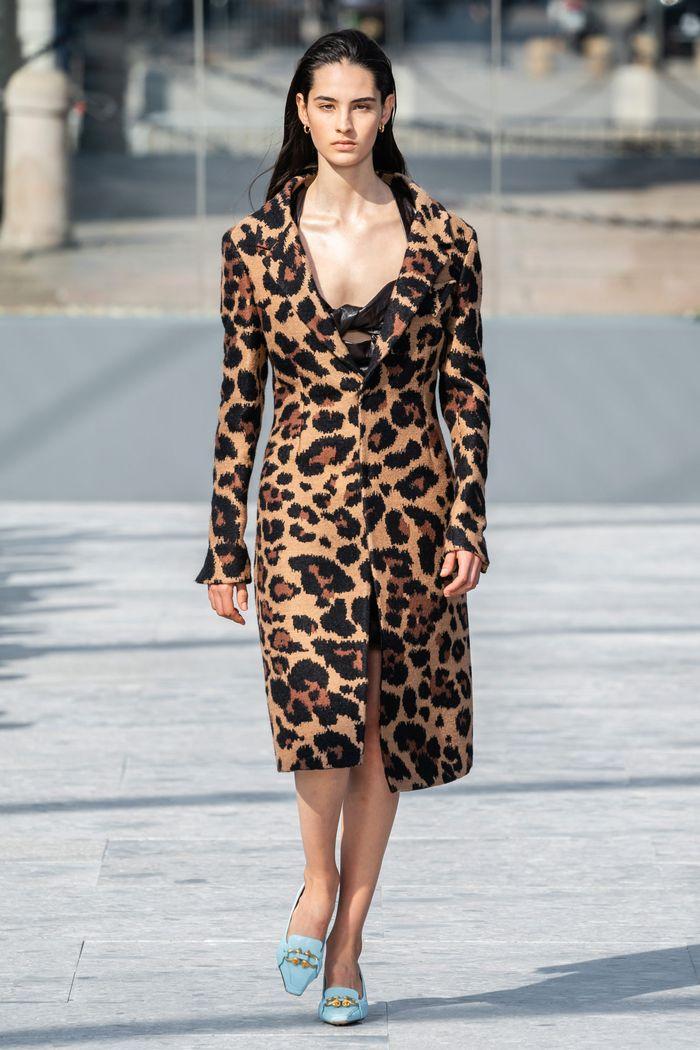 Модное леопардовое пальто осень-зима 2019-2020 из коллекции Bottega Veneta