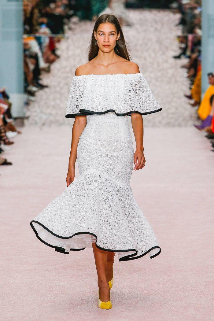 Черно-белое платье с кружевом Carolina Herrera
