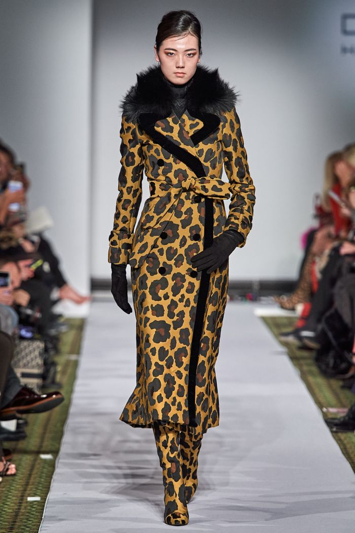 Модное леопардовое пальто осень-зима 2019-2020 из коллекции Dennis Basso
