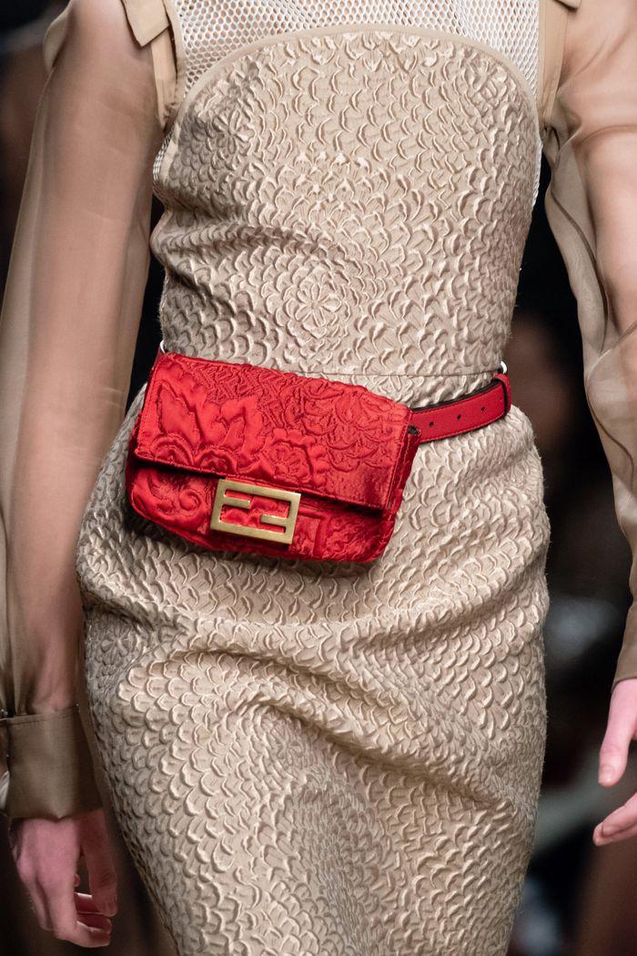 Модное платье Fendi с поясной сумкой