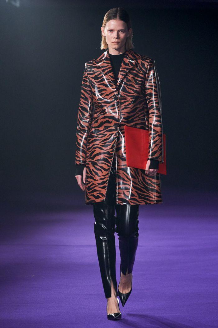 Модное виниловое пальто осень-зима 2019-2020 из коллекции Kwaidan Editions