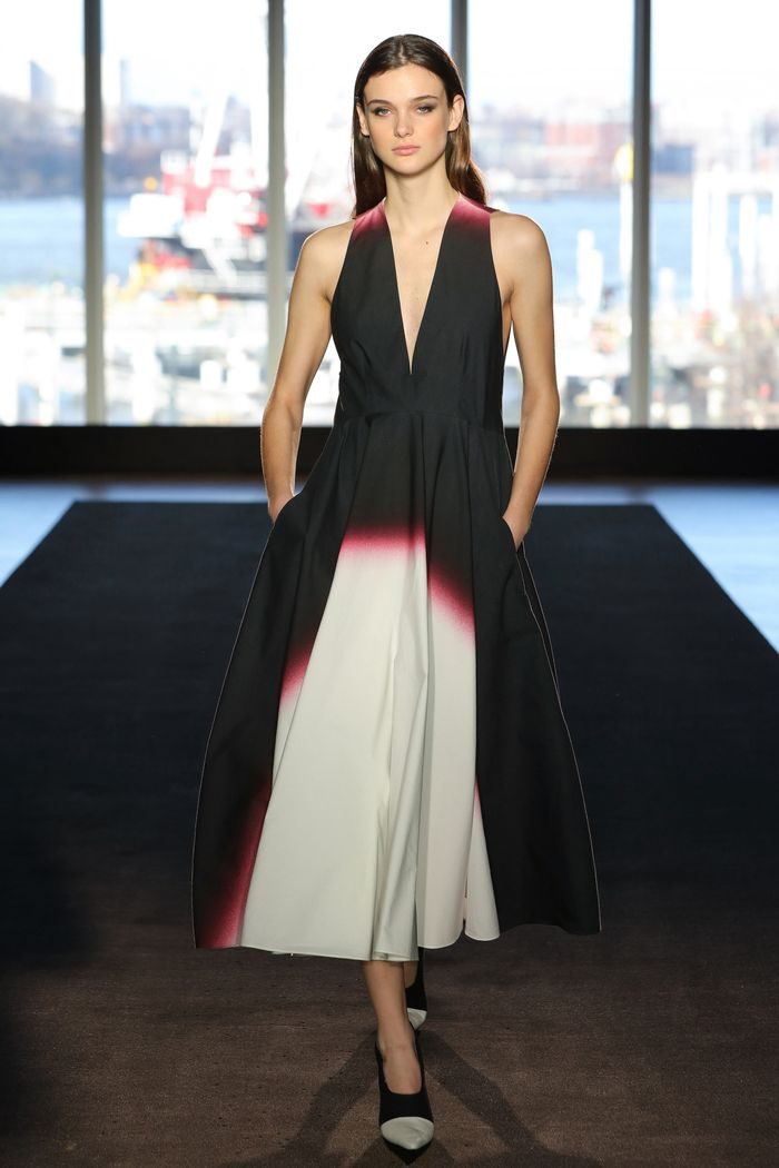 Модное черно-белое платье Narciso Rodriguez