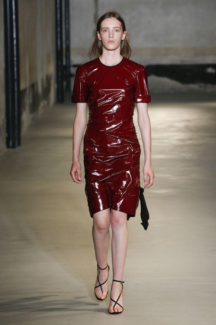 Модное виниловое платье бордового цвета No. 21