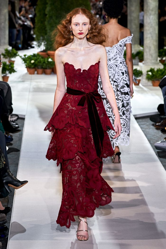 Бордовое кружевное платье Oscar de la Renta