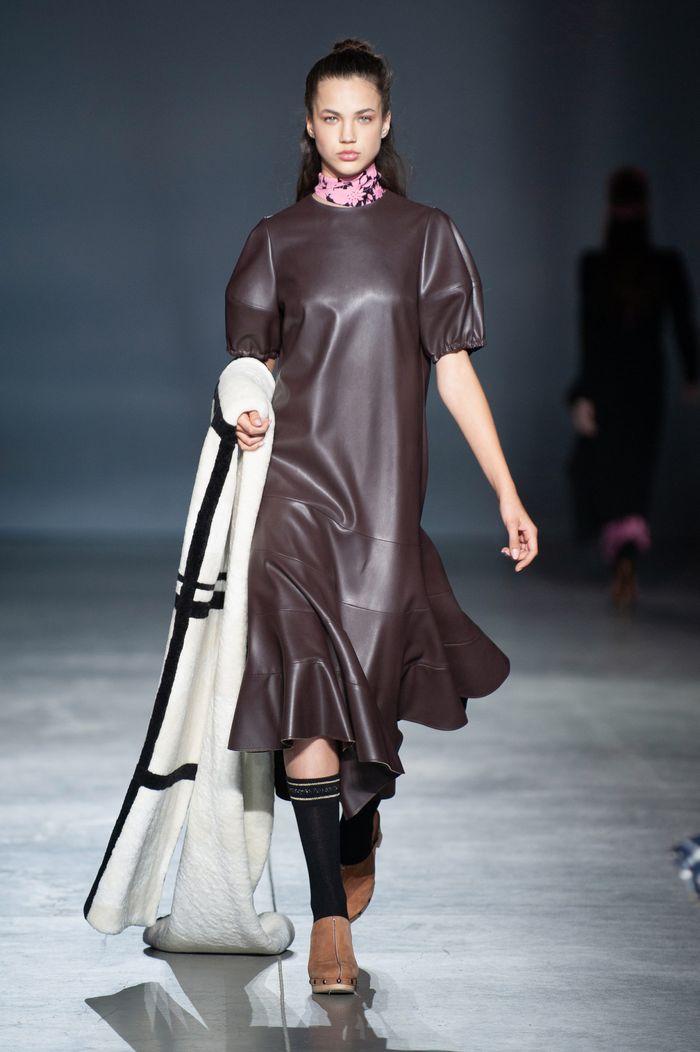 Модное кожаное платье осень-зима из коллекции Poustovit