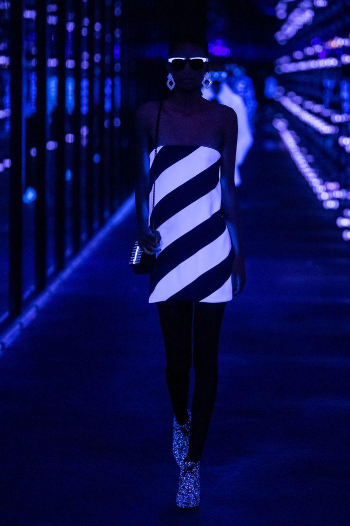 Модное черно-белое неоновое платье Saint Laurent