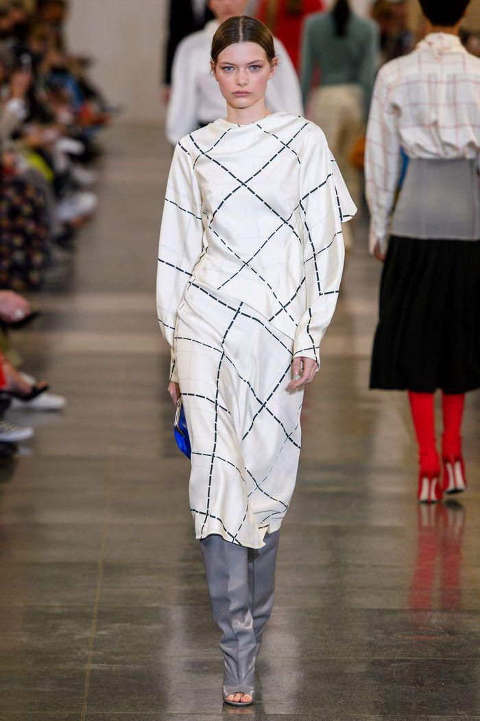 Модное платье в черно-белую клетку Victoria Beckham