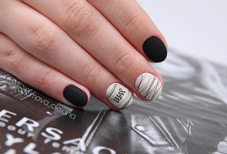 Черно-белый маникюр с надписями