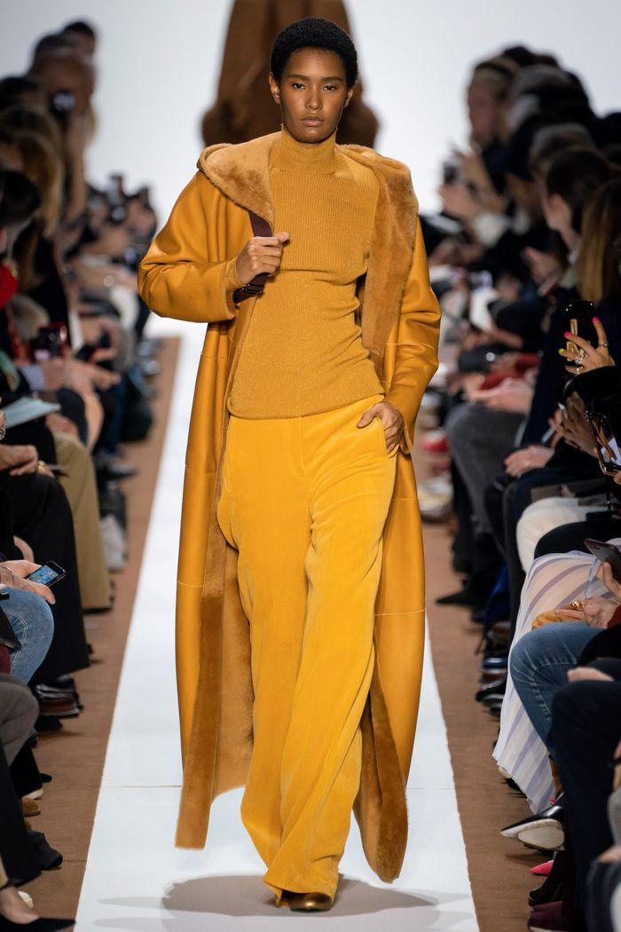 Модные вельветовые брюки осень-зима 2019-2020 из новой коллекции Akris