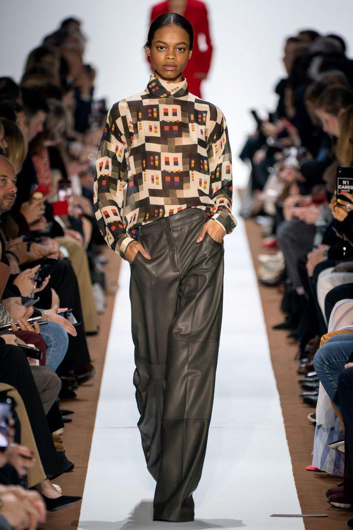 Модные кожаные брюки осень-зима 2019-2020 из новой коллекции Akris