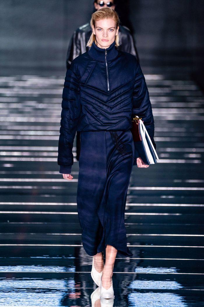 С чем носить синюю юбку. Образ из коллекции Hugo Boss