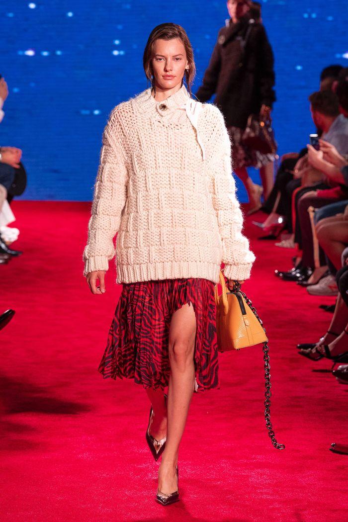 С чем носить красную юбку плиссе. Коллекция Calvin Klein