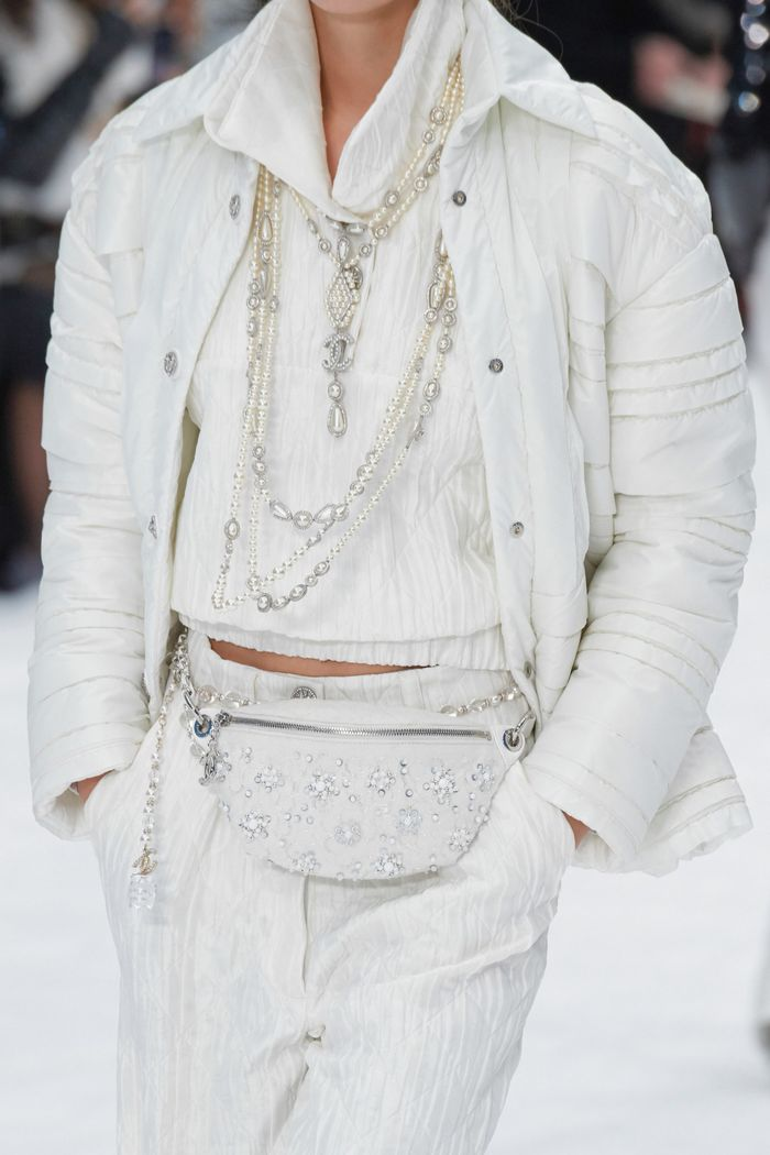 Модные сумки на поясе Chanel