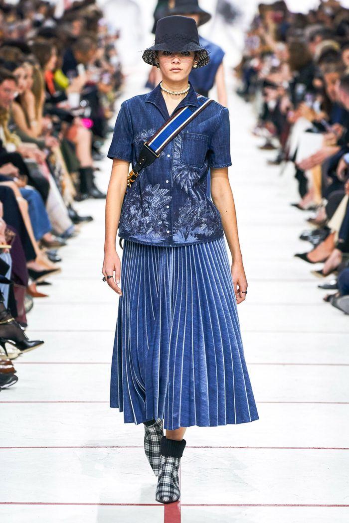 С чем носить синюю юбку. Образ из коллекции Christian Dior