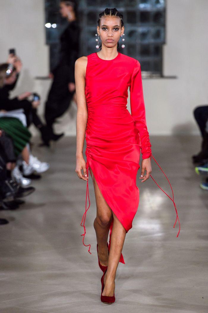 С чем носить красные туфли. Образ из коллекции David Koma