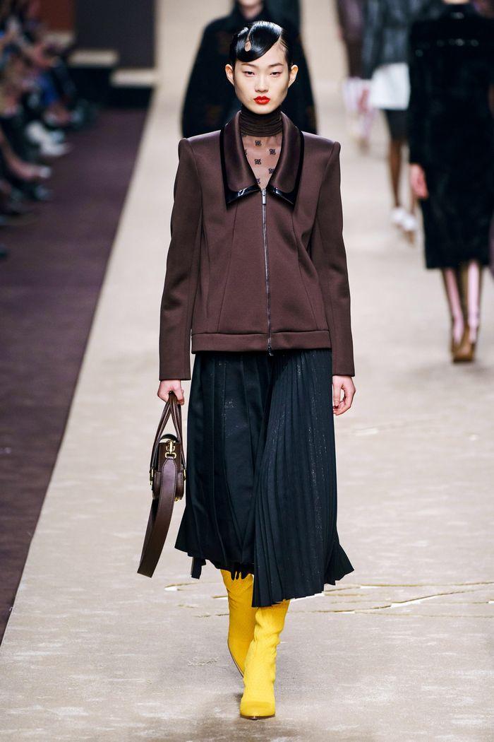 С чем носить плиссированную черную юбку. Образ из новой коллекции Fendi