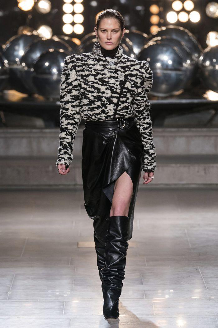 С чем носить замшевую черную юбку. Образ из коллекции Isabel Marant