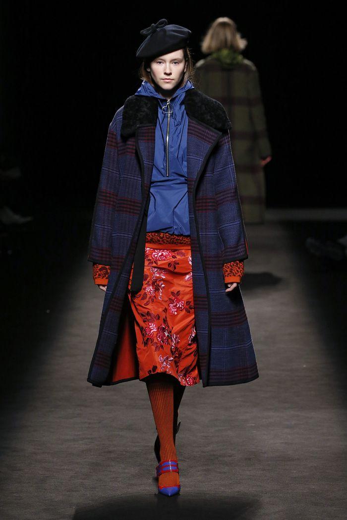 С чем носить красную юбку-карандаш. Коллекция Juan Vidal