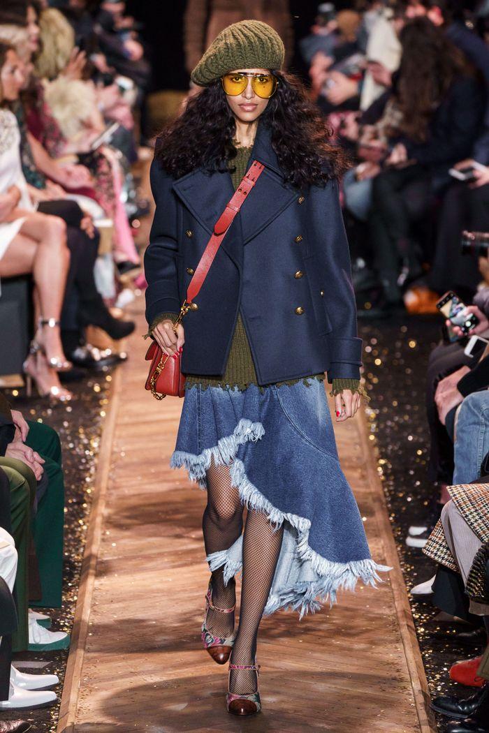 С чем носить синюю юбку. Образ из коллекции Michael Kors Collection