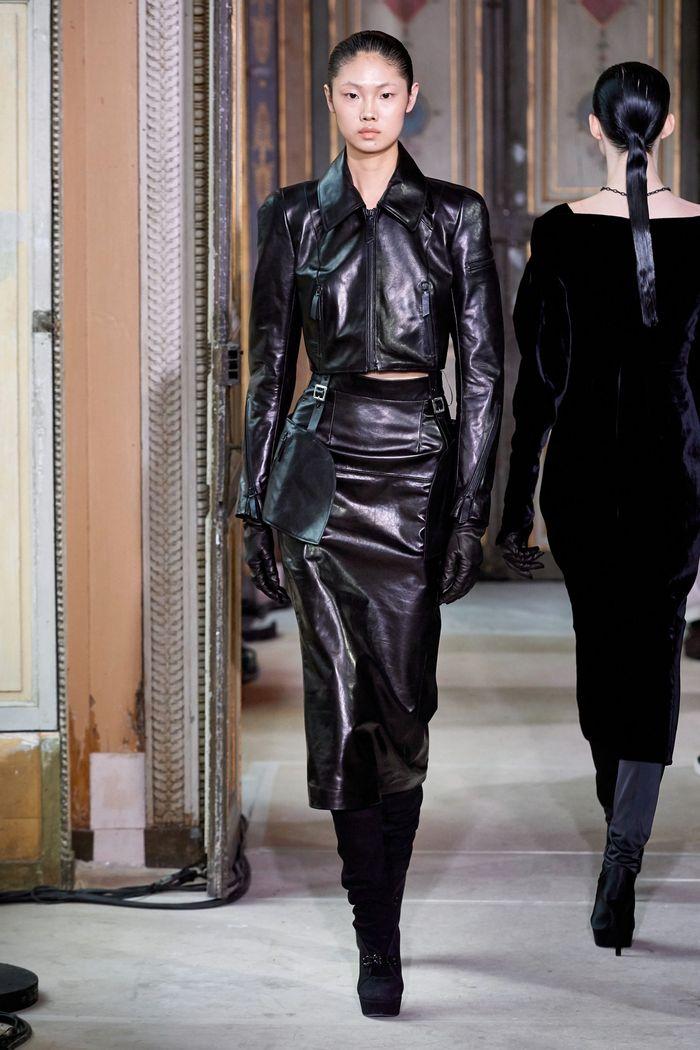 С чем носить замшевую черную юбку. Образ из коллекции Olivier Theyskens
