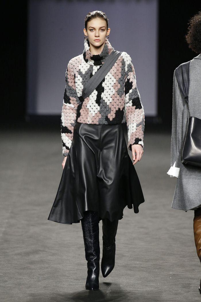 С чем носить черную расклешенную юбку. Образ из коллекции Roberto Torretta