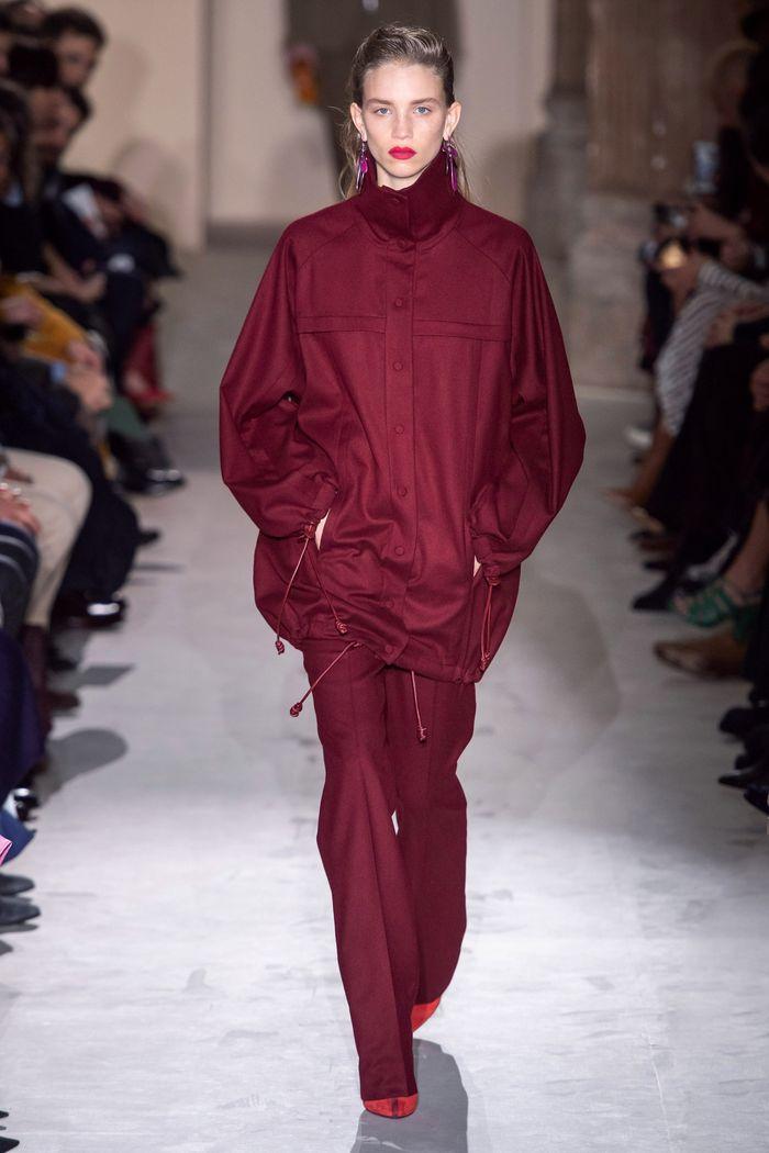 С чем носить красные туфли. Образ из коллекции Salvatore Ferragamo