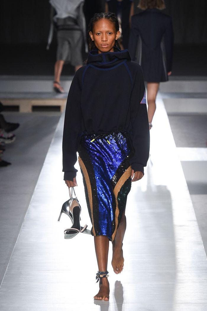 С чем носить синюю юбку. Образ из коллекции Sportmax