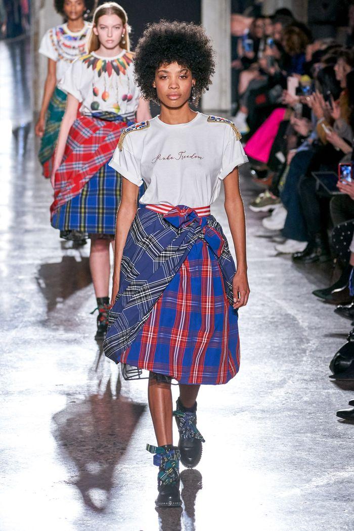 С чем носить синюю юбку. Образ из коллекции Stella Jean
