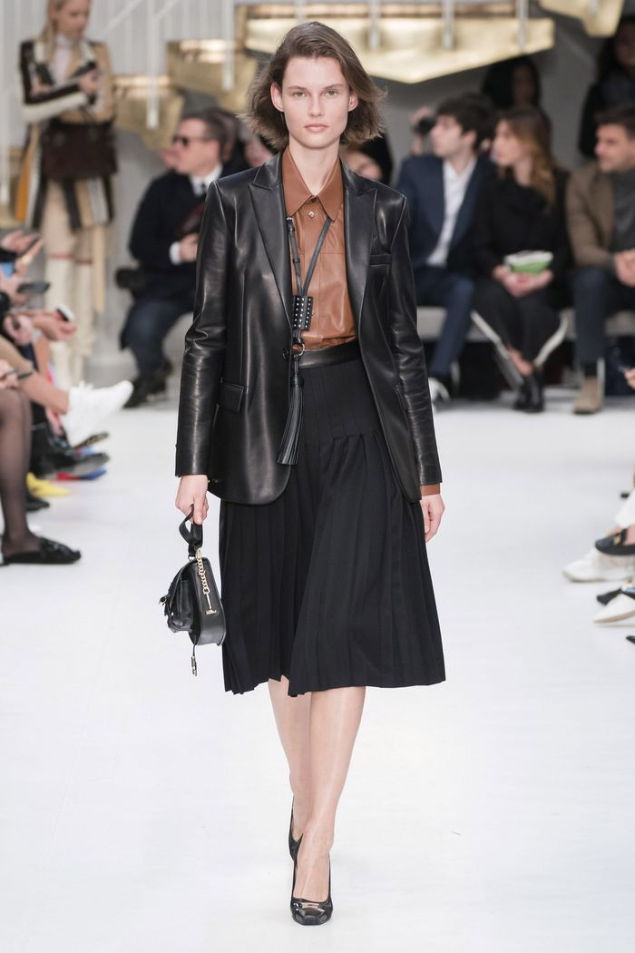 С чем носить плиссированную черную юбку. Образ из новой коллекции Tod s