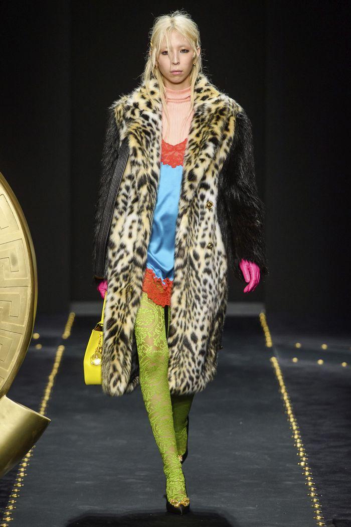 Модные шубы с леопардовым принтом Versace