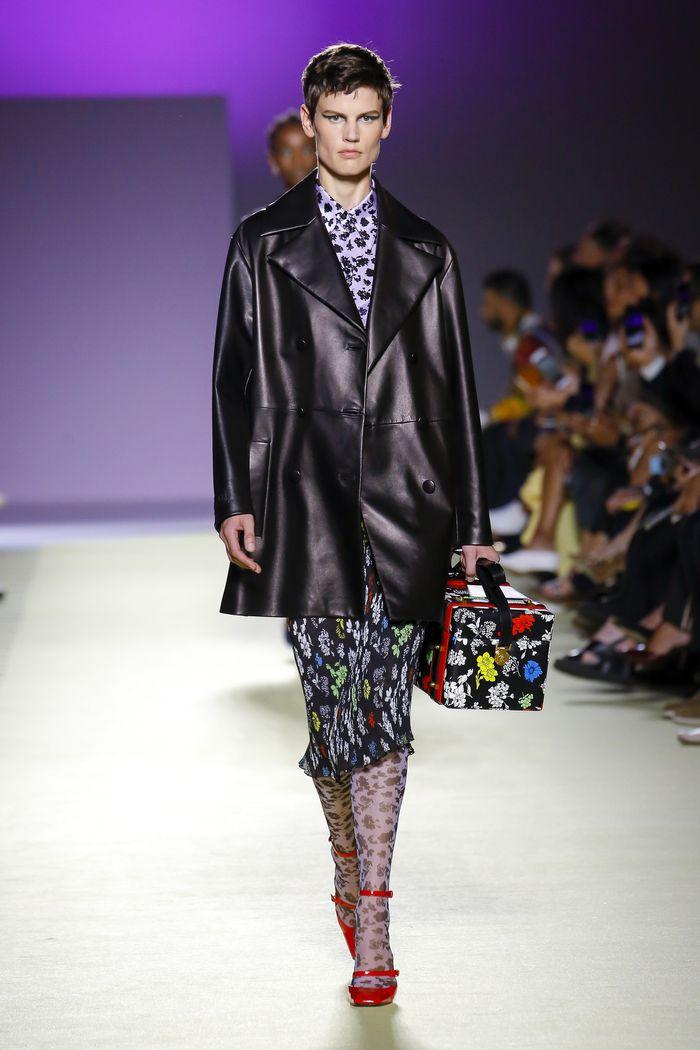С чем носить красные туфли. Образ из коллекции Versace