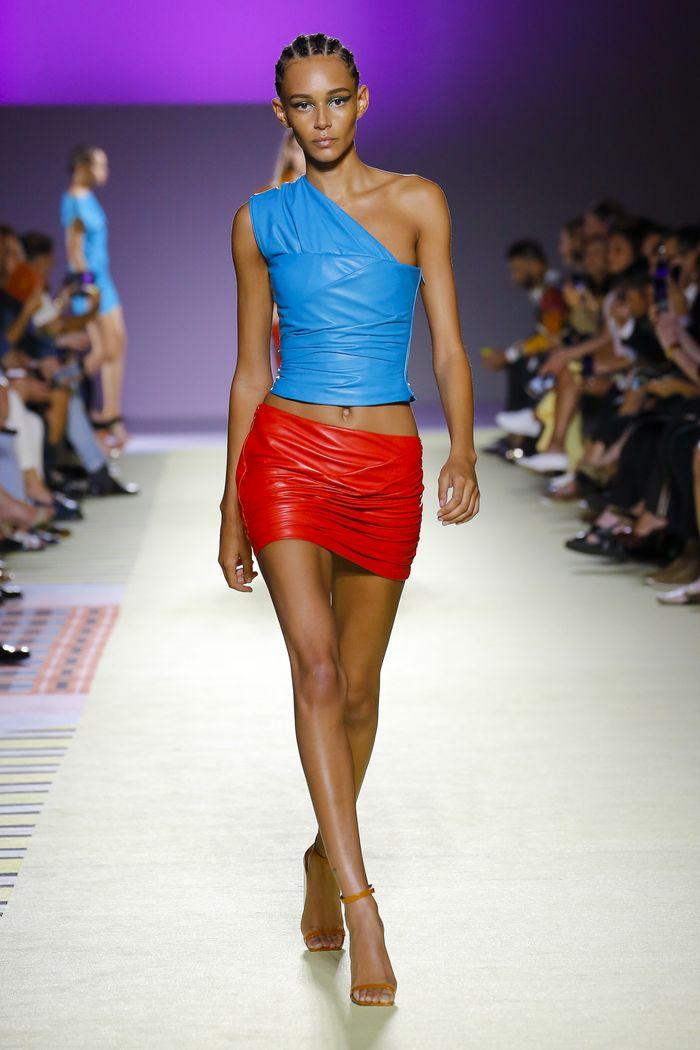 С чем носить красную короткую юбку. Коллекция Versace