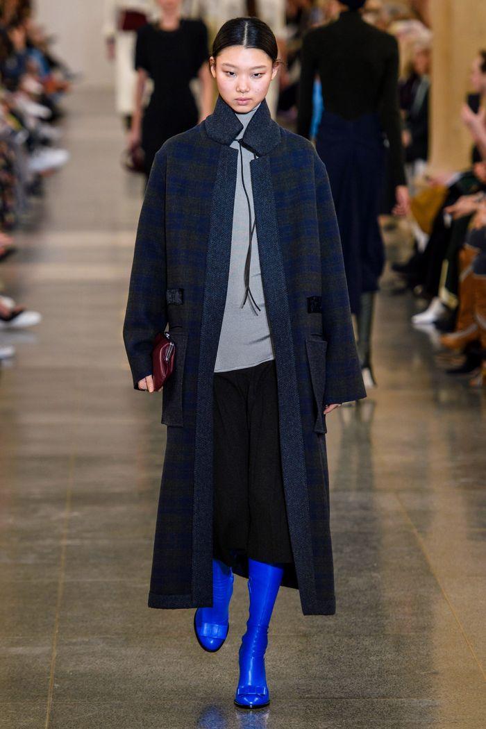 С чем носить длинную черную юбку. Образ из коллекции Victoria Beckham