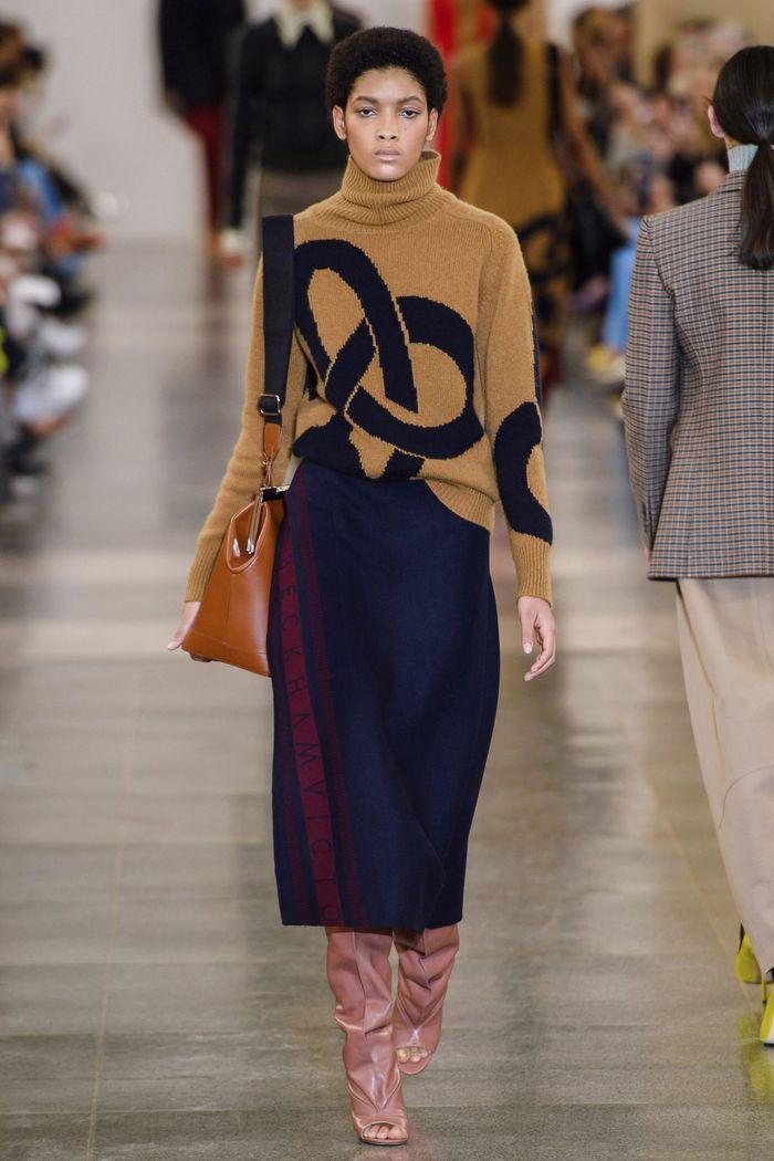 С чем носить синюю юбку. Образ из коллекции Victoria Beckham
